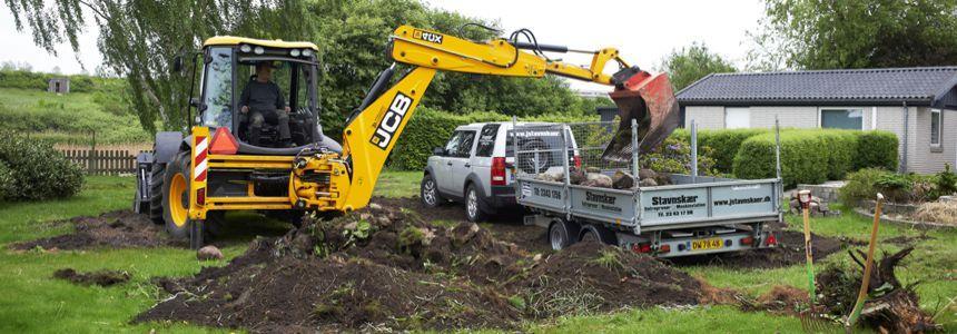 Stavnskær Entreprenør og Maskinstation udfører almindelige former for groft havearbejde, såsom opgravning af rødder
