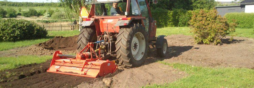 Fræsning af jord til f.eks. urtehave